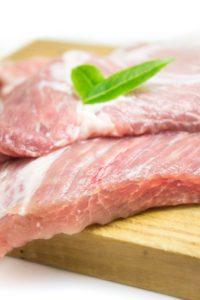 Sobald erste Anzeichen des verfalls zu sehen sind sollte man Fleisch entsorgen (Bild:Pixabay/estefania17)