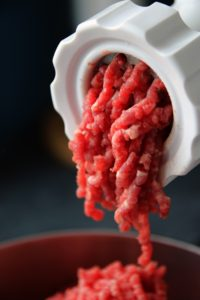 Hackfleisch ist wegen der großen Oberfläche besonders anfällig für Bakterien. (Bild:Pixabax/moerschy)